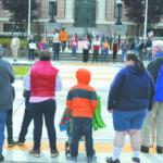 Foto por David Cortinas/La Voz Demostración en la calle más de 125 apoyadores a los trabajadores de campo e inmigrantes en la calle 4tro afrente de la Corte de Pasco, en muchos otros ciudades también salieron en las calles como en Yakima más de 700 personas protestaron y más de 10,000 en Seattle.