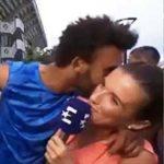 Maxime Hamou intentó besar a una periodista y las autoridades lo echaron del Grand Slam.