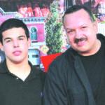 José Emiliano con su padre Pepe Agulilar.