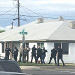 Foto por David Cortinas/La Vo Oficiales de varios departamentos de Policías de Pasco, Kennewick y Richland juntos con los Sheriffs de Condados de Benton/Franklin entran la casa en busca de los sospechosos en las calles de Nixon y 12.