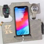 Organizador de madera  Hecho a mano. Es un organizador todo en uno, para mantener organizado artículos personales de uso diario, como las llaves, el celular, el reloj, y la  wallet. Está hecho en material            de madera contrachapada de abedul, de grado de gabinete. Cada pieza se lija hasta obtener un acabado súper suave y luego se termina con un acabado de laca que durará por muchos años. Su diseño es compatible con todos los teléfonos inteligentes, incluidos todos los iPhone más nuevos. Puedes seleccionar el nombre a grabarle y el color que le gustará a papá.