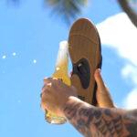 Chanclas para hombre  con área abrebotellas: Son unas de las chanclas para hombre más vendidas de la marca Reef, con un abridor de botellas en la suela de la sandalia. Están hechas con una plantilla cómoda y un soporte de arco anatómico que brindan una sensación de satisfacción cada vez que deslizas los pies en ellas. Tienen sobre 18 mil reviews en Amazon. Utiliza el abridor de botellas integrado en la suela de goma. REEF es la única sandalia para hombre con abrebotellas. Absorben los golpes con plantilla de espuma EVA moldeada por compresión contorneada, y airbag de 360 grados en el talón envuelto en poliuretano suave. También cuentan con una cómoda parte superior de nobuck sintético resistente al agua.