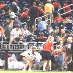 Foto por Agencias magen que retrata el caos en el estadio Nationals Park al escucharse varios disparos.