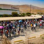 Foto por Agencias  Miles de tijuanenses hacen fila para recibir la vacuna.